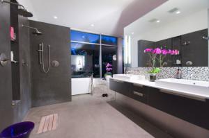 Натяжна стеля у ванній: поєднання стилю і кольору